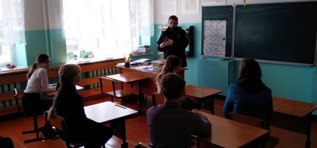 Участковый Журавков Н.В. во время беседы с учащимися Ивановской школы